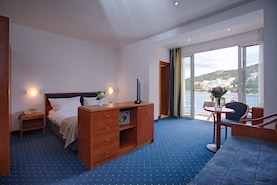 vis-hotel-superior-room-seaview-balcony-bed