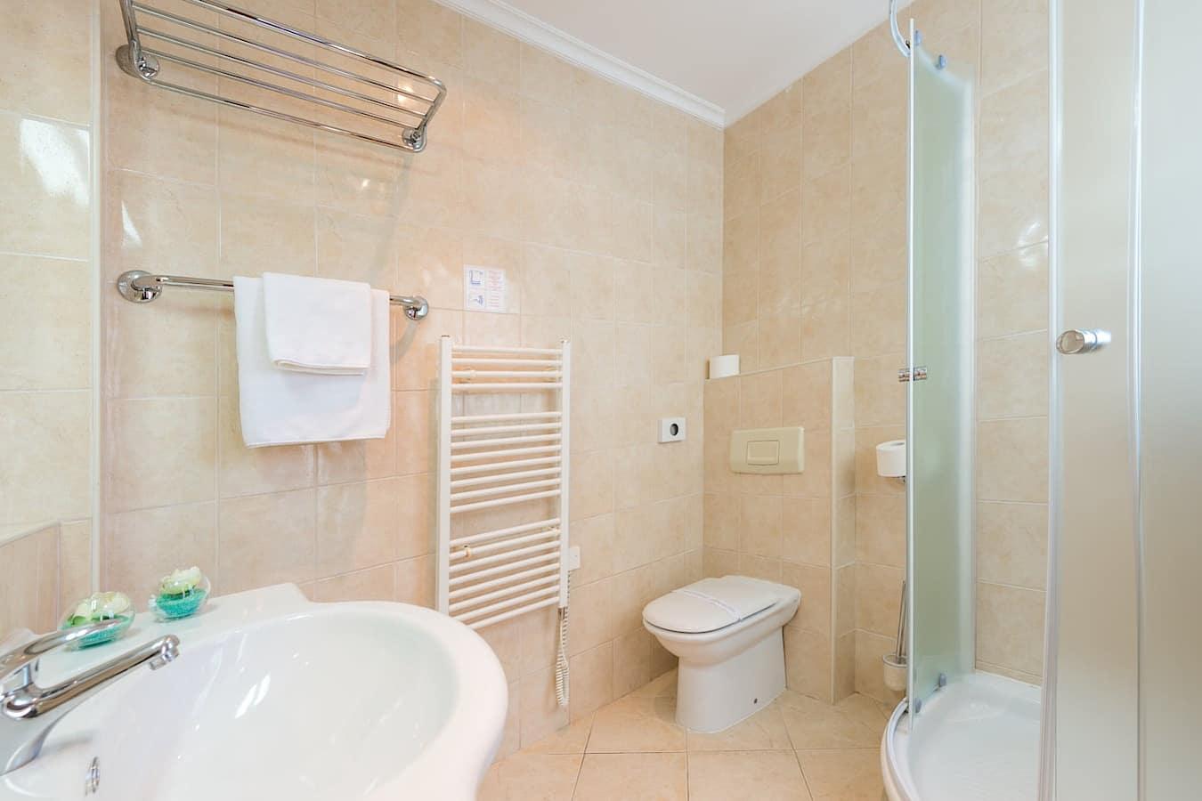 hotel-vis-dubrovnik-double-twin-single-bathroom-shower.jpg