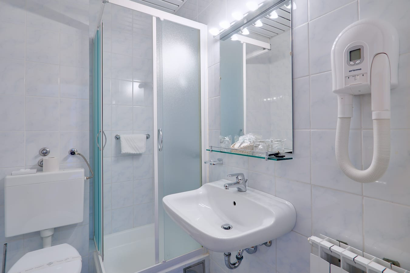 komodor-hotel-rooms-bathroom-shower.jpg