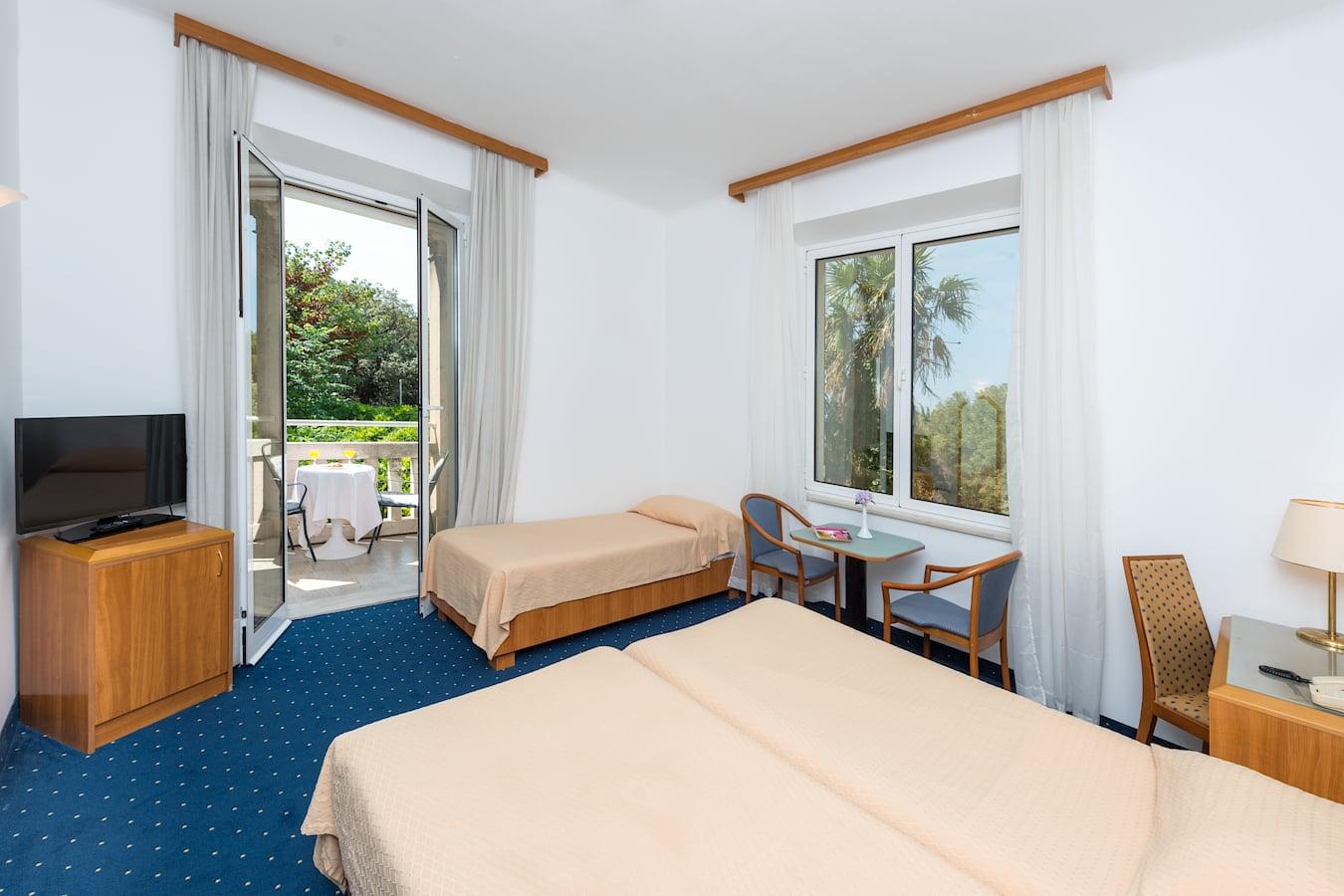 komodor-hotel-tripple-room-balcony-parkview.jpg