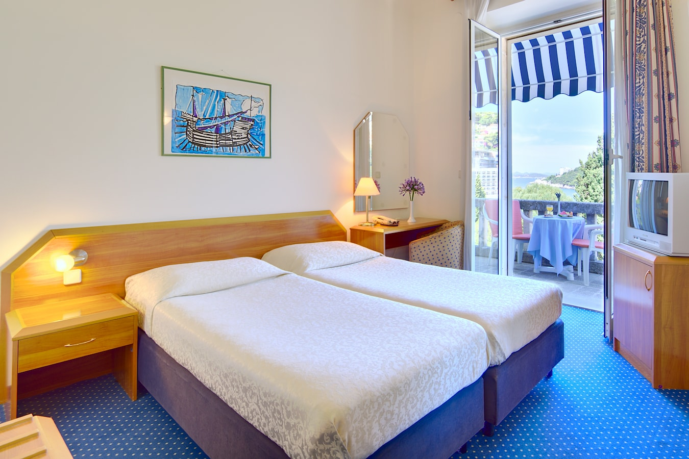 komodor-hotel-twin-room-balcony-seaview.jpg