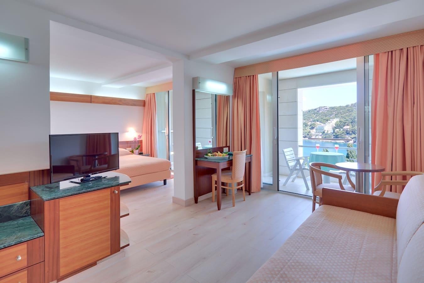 uvala-hotel-superior-room-balcony-seaview.jpg