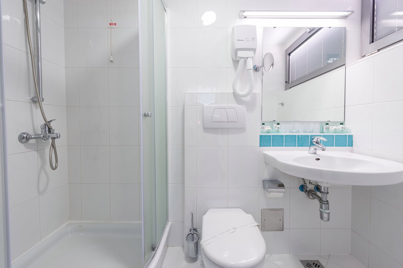 uvlala-hotel-room-bathroom-shower_1_2.jpg